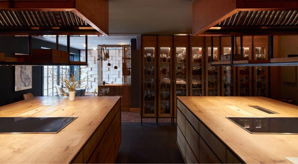 OeO Studio har designet køkkenet på Kadeau i tæt samarbejde med ejerne. Det er snedkereret af Garde Hvalsøe i Dinesen Oak.